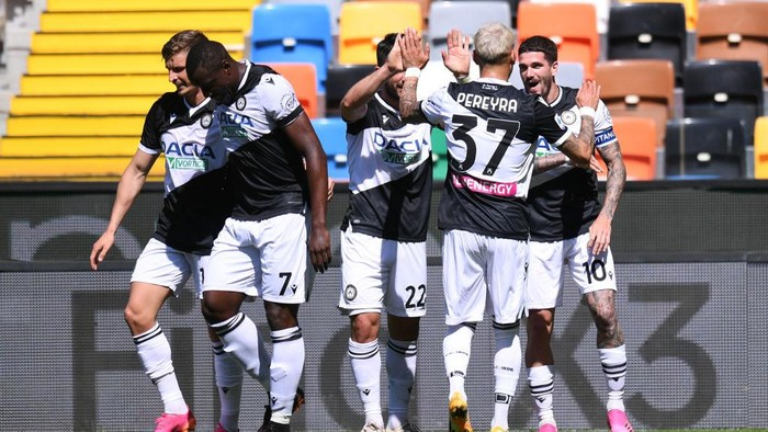 UDINE, ITALY - MAY 08: Rodrigo De Paul of Udinese Calcio celebrates after scoring their teams first goal with Tolgay Arslan and Roberto Pereyra  during the Serie A match between Udinese Calcio  and Bologna FC at Dacia Arena on May 08, 2021 in Udine, Italy. Sporting stadiums around Italy remain under strict restrictions due to the Coronavirus Pandemic as Government social distancing laws prohibit fans inside venues resulting in games being played behind closed doors. (Photo by Alessandro Sabattini/Getty Images)