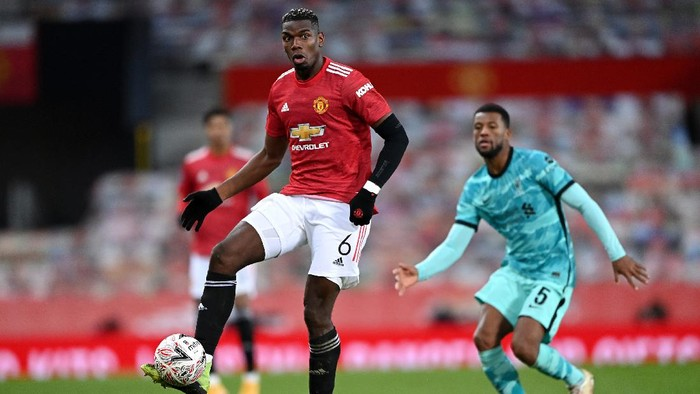 MANCHESTER, ENGLAND - JANUARY 24: Paul Pogba of Manchester United looks to break past Georginio Wijnaldum of Liverpool during The Emirates FA Cup Fourth Round match between Manchester United and Liverpool at Old Trafford on January 24, 2021 in Manchester, England. Sporting stadiums around the UK remain under strict restrictions due to the Coronavirus Pandemic as Government social distancing laws prohibit fans inside venues resulting in games being played behind closed doors. (Photo by Laurence Griffiths/Getty Images)