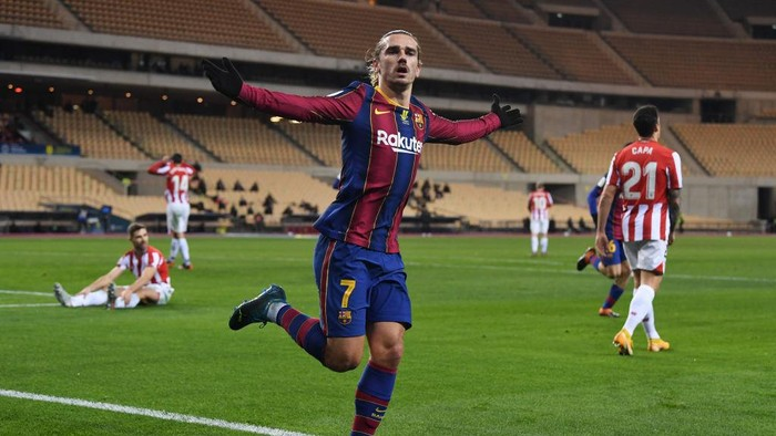 SEVILLE, SPAIN - JANUARY 17: Antoine Griezmann of Barcelona celebrates after scoring their sides second goal during the Supercopa de Espana Final match between FC Barcelona and Athletic Club at Estadio de La Cartuja on January 17, 2021 in Seville, Spain. Sporting stadiums around Spain remain under strict restrictions due to the Coronavirus Pandemic as Government social distancing laws prohibit fans inside venues resulting in games being played behind closed doors. (Photo by David Ramos/Getty Images)