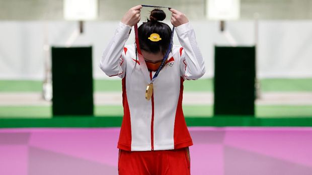Shooting: Olympics, preliminary competition, air rifle 10 m, women, qualification at Asaka Shooting Range. Yang Qian from China hangs her gold medal around her neck during the award ceremony.