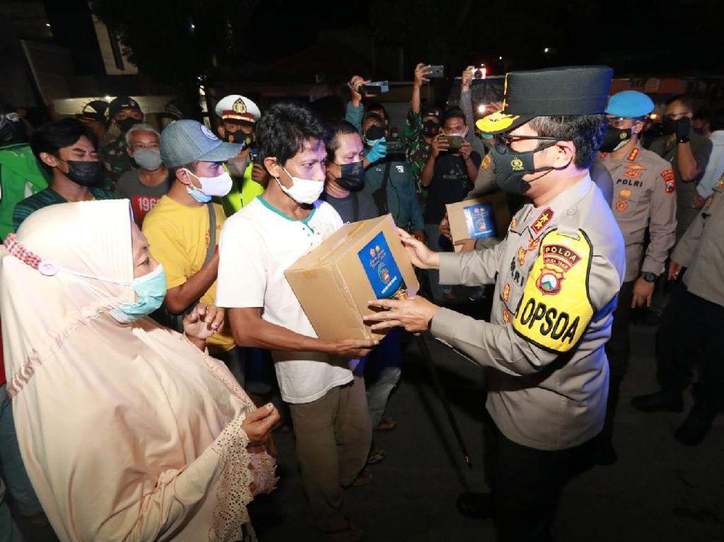 Kapolda Jatim Turun Langsung Cek Prokes Sambil Bagikan Bansos