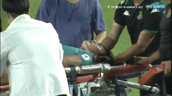 Kapten Ansan Greeners Yeon Jei-Min kolaps di laga K League 2 melawan Gimcheon Sangmu