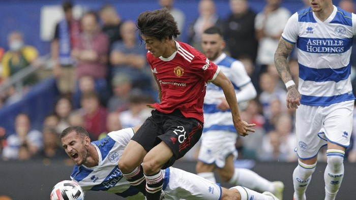 LONDON, ENGLAND - JULY 24: Facundo Pellistri of Manchester United and Dominic Ball of Queens Park Rangers during the pre-season friendly match between Queens Park Rangers and Manchester United at The Kiyan Prince Foundation Stadium on July 24, 2021 in London, England. (Photo by Henry Browne/Getty Images)