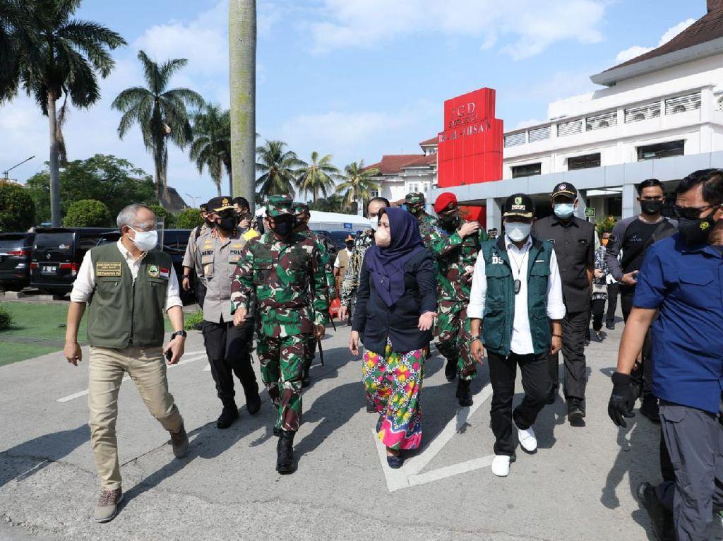 Tinjau 2 Lokasi Isolasi Pasien COVID di Bandung, Panglima TNI Semangati Pasien