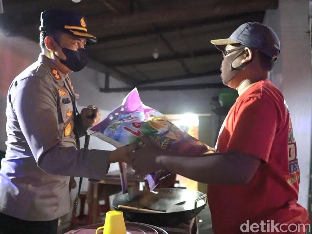 Jurus Jitu Polisi Tertibkan PKL yang Langgar PPKM di Jombang