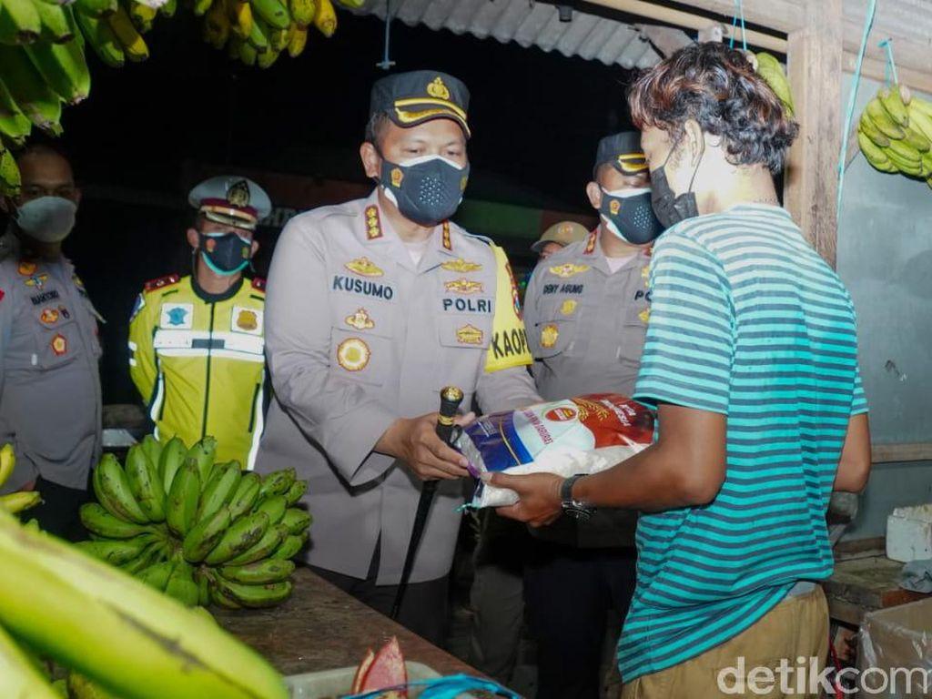 Patroli PPKM Level 4, Polisi Bagi Sembako ke PKL dan Usaha Kecil di Sidoarjo