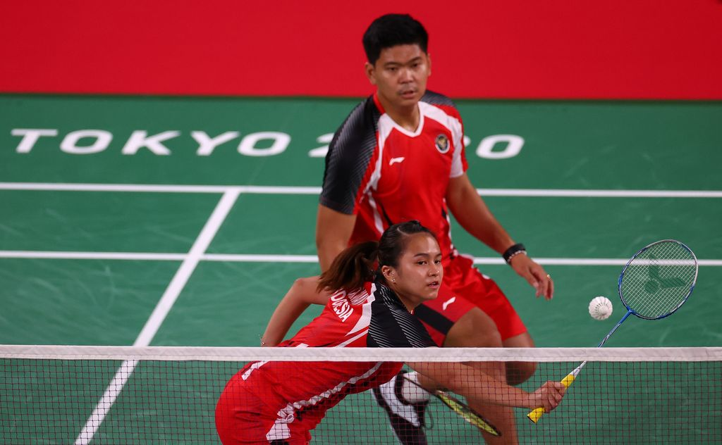 Tokyo 2020 Olympics - Badminton - Mixed Doubles - Group Stage - MFS - Musashino Forest Sport Plaza, Tokyo, Japan - July 24, 2021. Praveen Jordan of Indonesia in action during the match with Melati Daeva Oktavianti of Indonesia against Simon Leung of Australia and Gronya Somerville of Australia. REUTERS/Leonhard Foeger