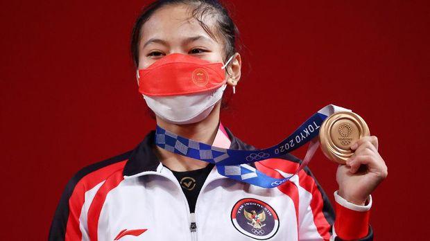Tokyo 2020 Olympics - Weightlifting - Women's 49kg - Medal Ceremony - Tokyo International Forum, Tokyo, Japan - July 24, 2021. Bronze medalist Windy Cantika Aisah of Indonesia reacts. REUTERS/Edgard Garrido