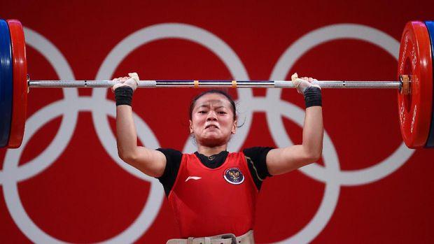 Tokyo 2020 Olympics - Weightlifting - Women's 49kg - Group A - Tokyo International Forum, Tokyo, Japan - July 24, 2021.  Windy Cantika Aisah of Indonesia in action. REUTERS/Edgard Garrido