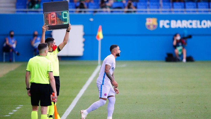 BARCELONA, SPAIN - JULY 24: Memphis Depays of FC Barcelona debuts with the team during the pre-season friendly match between FC Barcelona and Girona at Estadi Johan Cruyff on July 24, 2021 in Barcelona, Spain. (Photo by Eric Alonso/Getty Images)