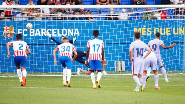 BARCELONA, SPAIN - JULY 24: Memphis Depay scores his side's 3rd goal during the pre-season friendly match between FC Barcelona and Girona at Estadi Johan Cruyff on July 24, 2021 in Barcelona, Spain. (Photo by Eric Alonso/Getty Images)