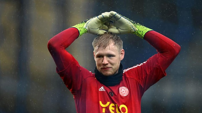 LIVERPOOL, ENGLAND - MAY 16: Aaron Ramsdale of Sheffield United warms up prior to the Premier League match between Everton and Sheffield United at Goodison Park on May 16, 2021 in Liverpool, England. Sporting stadiums around the UK remain under strict restrictions due to the Coronavirus Pandemic as Government social distancing laws prohibit fans inside venues resulting in games being played behind closed doors.  (Photo by Gareth Copley/Getty Images)
