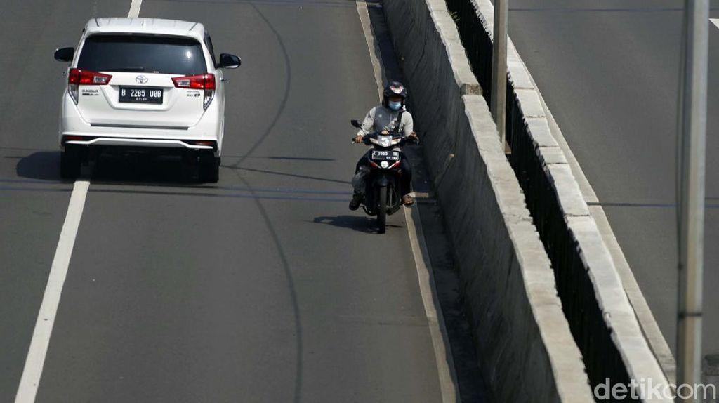 Aksi Nekat Pemotor Lawan Arus di JLNT Casablanca