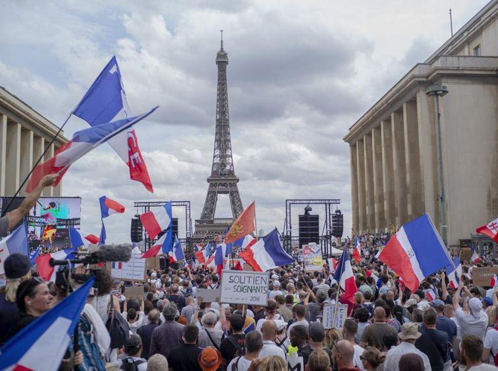 Demo Pembatasan COVID-19 di Paris Ricuh, Warga Bentrok dengan Polisi