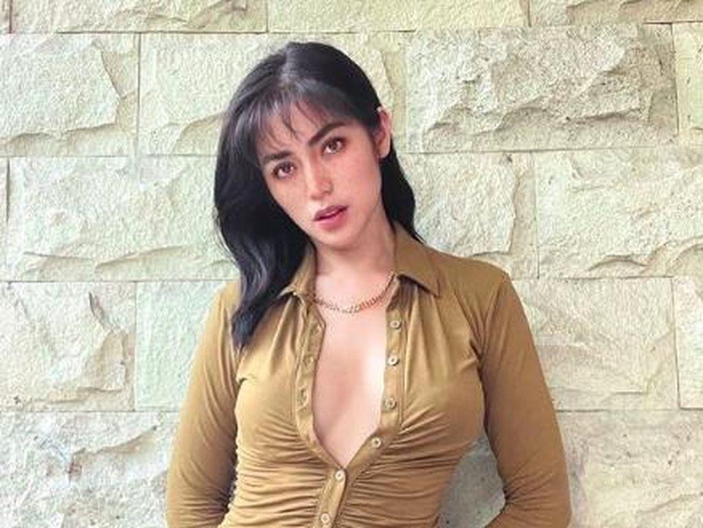 Buka 4 Kancing Atas Baju, Jessica Iskandar Diingatkan Pesan Mama