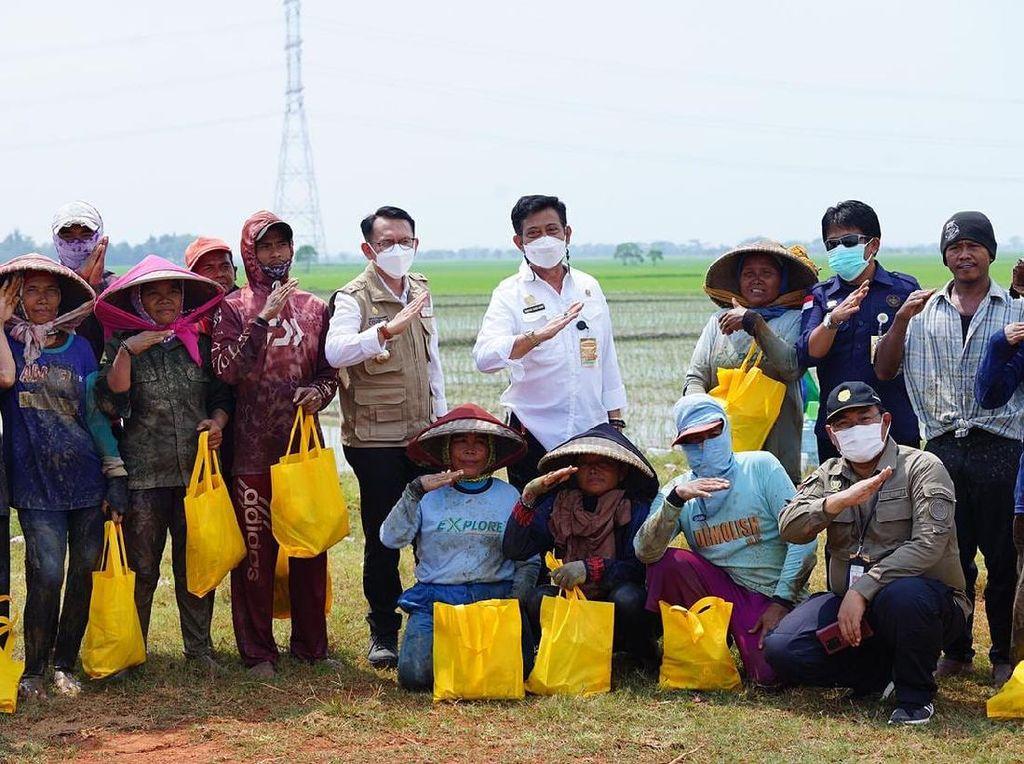 Mentan Sapa & Beri Sembako ke Petani di Kabupaten Bekasi