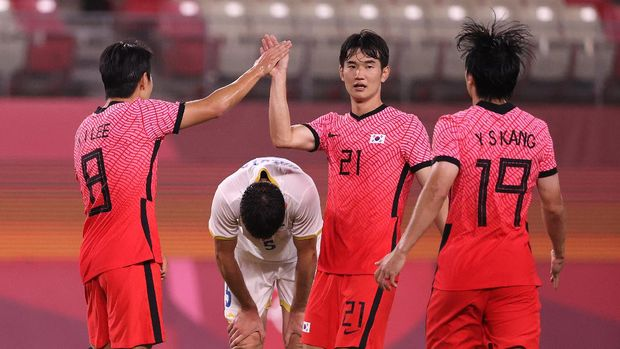 KASHIMA, JAPAN - JULY 25: Kangin Lee #8 of Team South Korea celebrates with teammate Jingyu Kim #21 after scoring their side's fourth goal during the Men's First Round Group B match between Romania and Republic of Korea on day two of the Tokyo 2020 Olympic Games at Ibaraki Kashima Stadium on July 25, 2021 in Kashima, Ibaraki, Japan. (Photo by Atsushi Tomura/Getty Images)