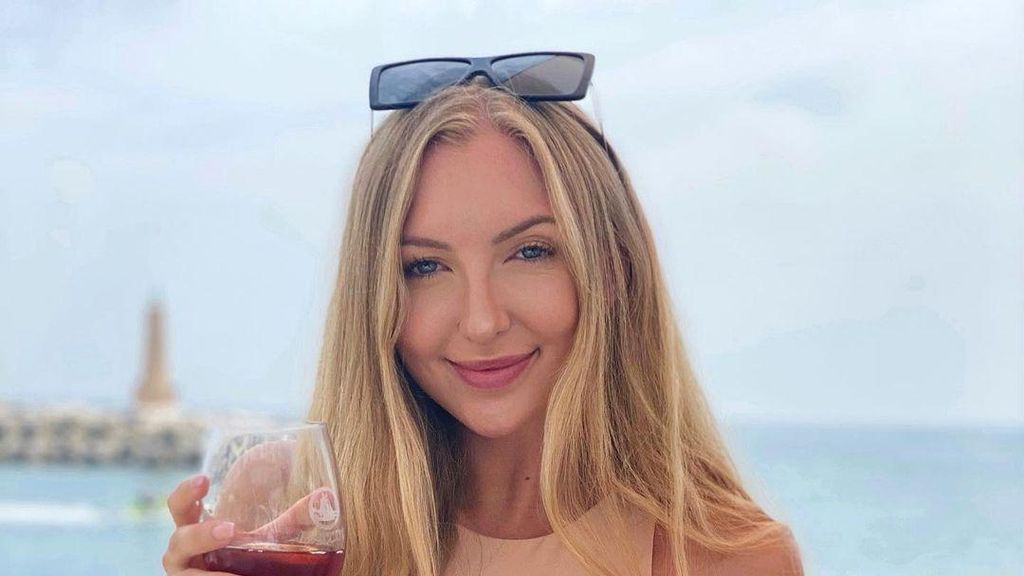 10 Foto Selebgram Cantik yang Pertama Kali Jual Cinta Virtual, Laku Rp 3 M