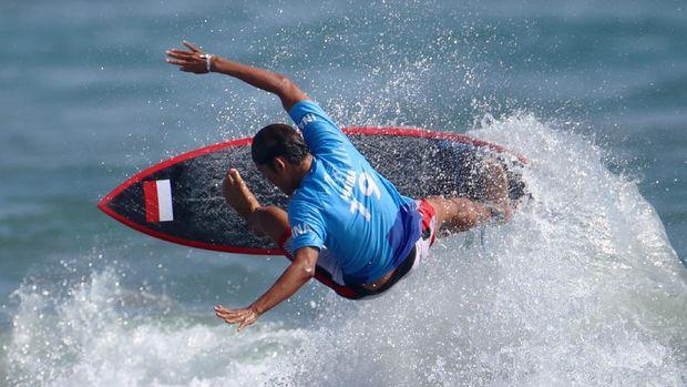 Tokyo 2020 Olympics - Surfing - Men's Shortboard - Round 1 - Tsurigasaki Surfing Beach, Tokyo, Japan - July 25, 2021. Rio Waida of Indonesia in action during Heat 3 REUTERS/Lisi Niesner