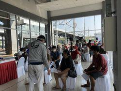 Warga Antusias Ikuti Vaksinasi Massal di Stasiun Duri