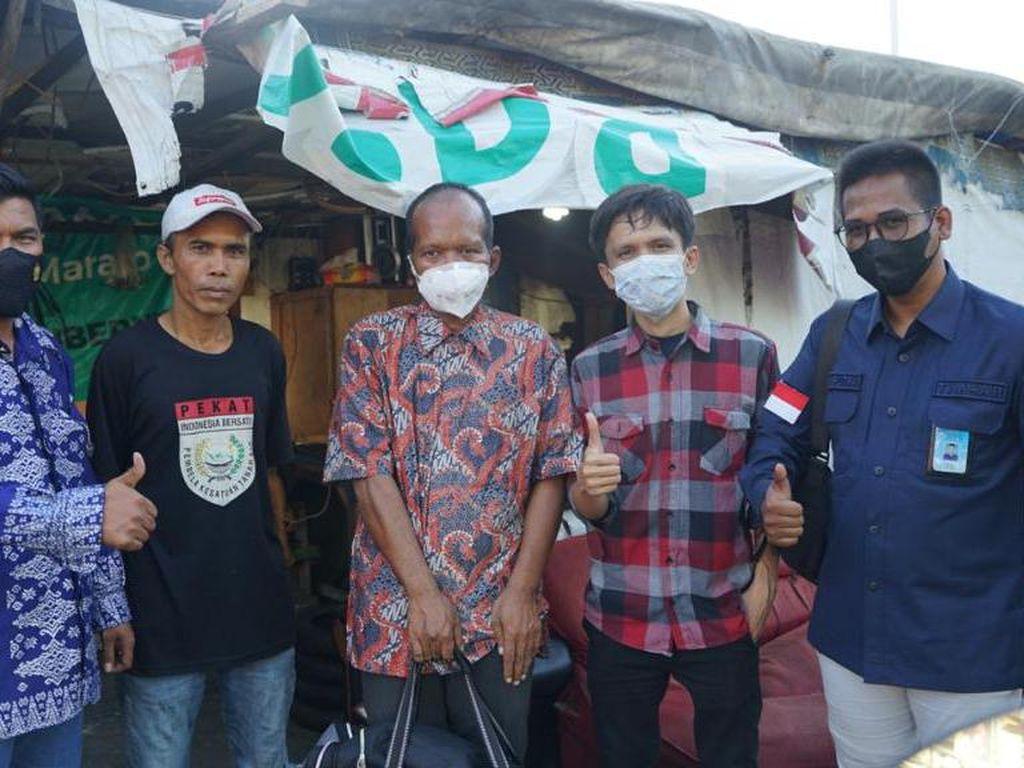 Pria Viral Tidur di Trotoar Diantarkan Tim Andre Rosiade ke Temannya di Padang