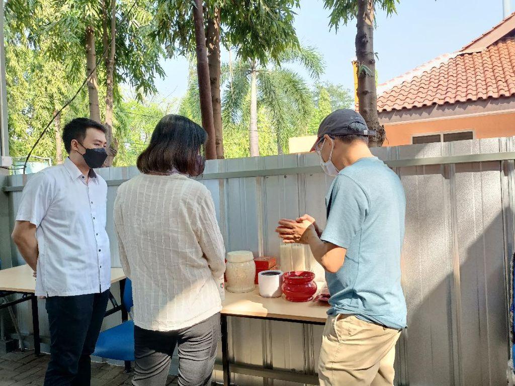 Cerita Keluarga Manfaatkan Kremasi Gratis Jenazah COVID di TPU Tegal Alur