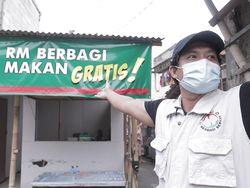 Keluarga di Kalideres Bagi-bagi Sop Buntut untuk Korban Pandemi