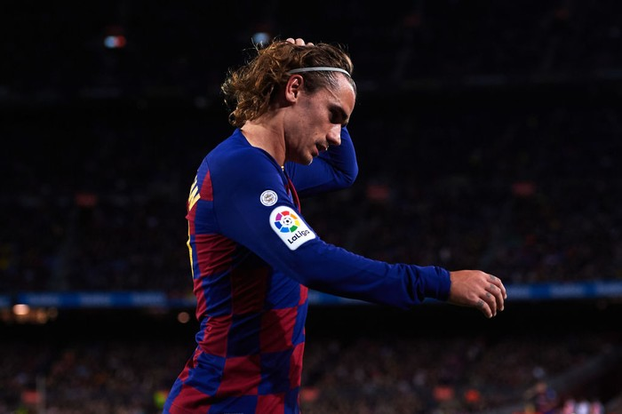 BARCELONA, SPAIN - NOVEMBER 09: Antoine Griezmann of FC Barcelona leaves the pitch as he is substituted by Luis Suarez during the La Liga match between FC Barcelona and RC Celta de Vigo at Camp Nou stadium on November 09, 2019 in Barcelona, Spain. (Photo by Alex Caparros/Getty Images)