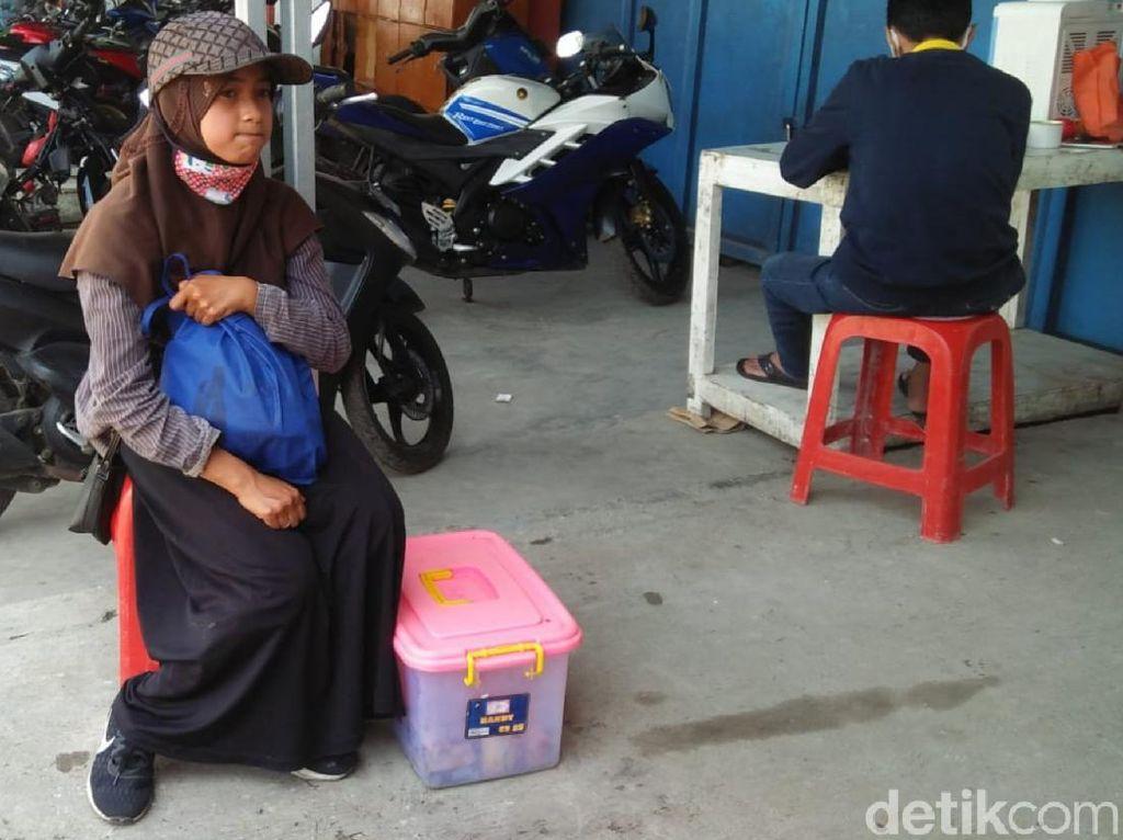 Kisah Pilu di Balik Bocah Sukabumi Putus Sekolah-Jual Gorengan