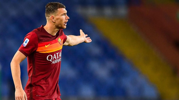 GENOA, ITALY - MAY 2: Edin Dzeko of Roma reacts with disappointment during the Serie A match between UC Sampdoria and AS Roma at Stadio Luigi Ferraris on May 2, 2021 in Genoa, Italy. (Photo by Getty Images)