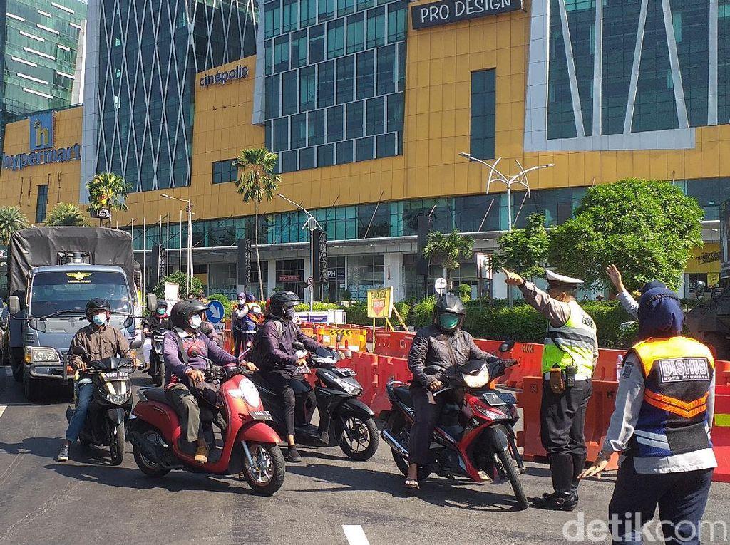 Jalan di Surabaya Masih Disekat Saat PPKM Diperpanjang