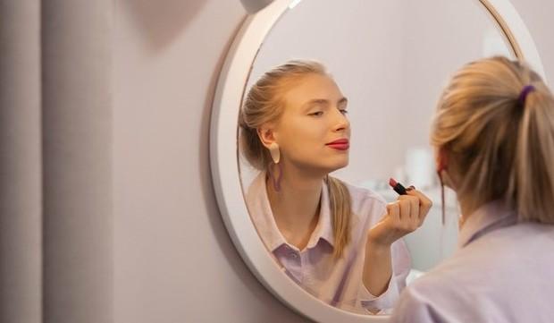 Lipstick dengan formulasi transferproof anti nempel ke benda lain dan sangat tahan lama/Pexels.com/ Artem Podrez