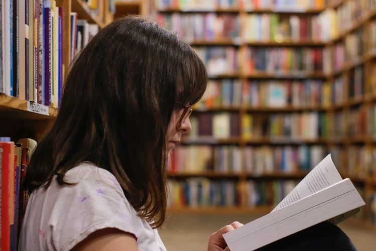 Membaca buku halaman per halaman/ Foto: Unsplash.com/EliottReyna