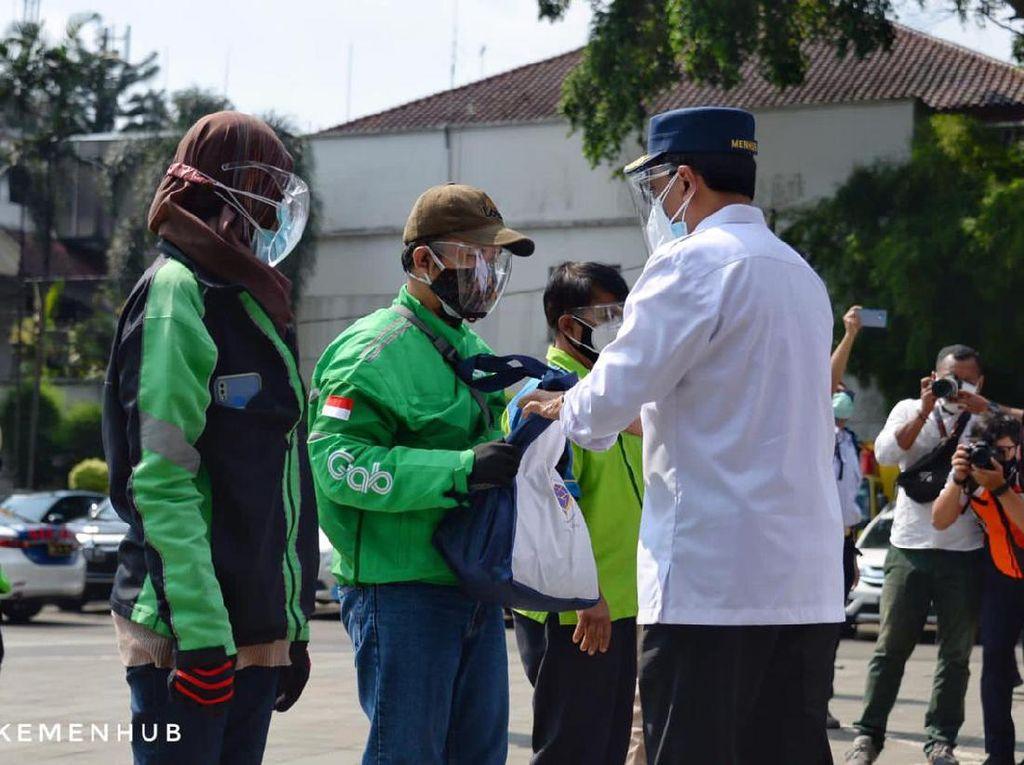 Menhub Bagikan Sembako ke Driver Ojol hingga Angkot di Bogor