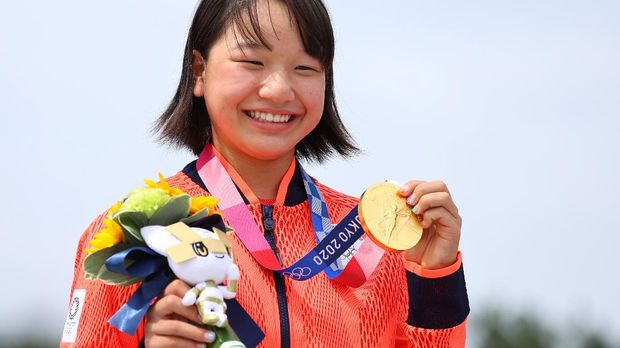 Tokyo 2020 Olympics - Skateboarding - Women's Street - Medal Ceremony - Ariake Urban Sports Park - Tokyo, Japan - July 26, 2021. Momiji Nishiya of Japan poses with her gold medal during medal ceremony. REUTERS/Lucy Nicholson
