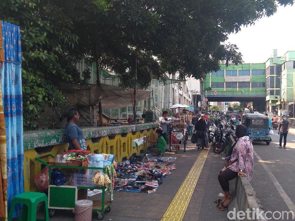 Senangnya PKL Bisa Dagang Lagi Usai Pasar Tanah Abang Kembali Dibuka