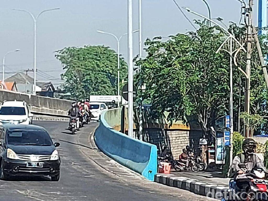 Bundaran Waru Macet, Banyak Motor Nekat Lawan Arah Masuk Jalan Tol