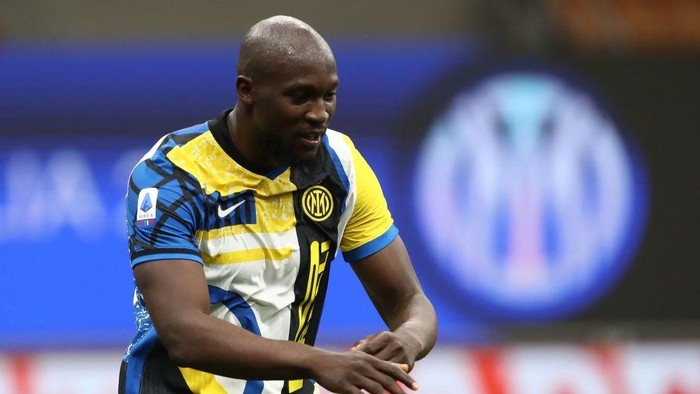 MILAN, ITALY - MAY 12: Romelu Lukaku of FC Internazionale celebrates his goal during the Serie A match between FC Internazionale  and AS Roma at Stadio Giuseppe Meazza on May 12, 2021 in Milan, Italy. Sporting stadiums around Italy remain under strict restrictions due to the Coronavirus Pandemic as Government social distancing laws prohibit fans inside venues resulting in games being played behind closed doors.  (Photo by Marco Luzzani/Getty Images)