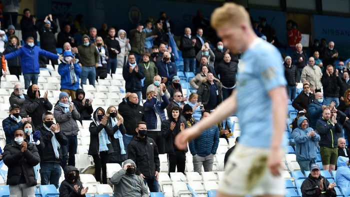 MANCHESTER, ENGLAND - MAY 23: Manchester City fans applaud Kevin De Bruyne of Manchester City as he walks to take a corner during the Premier League match between Manchester City and Everton at Etihad Stadium on May 23, 2021 in Manchester, England. A limited number of fans will be allowed into Premier League stadiums as Coronavirus restrictions begin to ease in the UK. (Photo by Peter Powell - Pool/Getty Images)