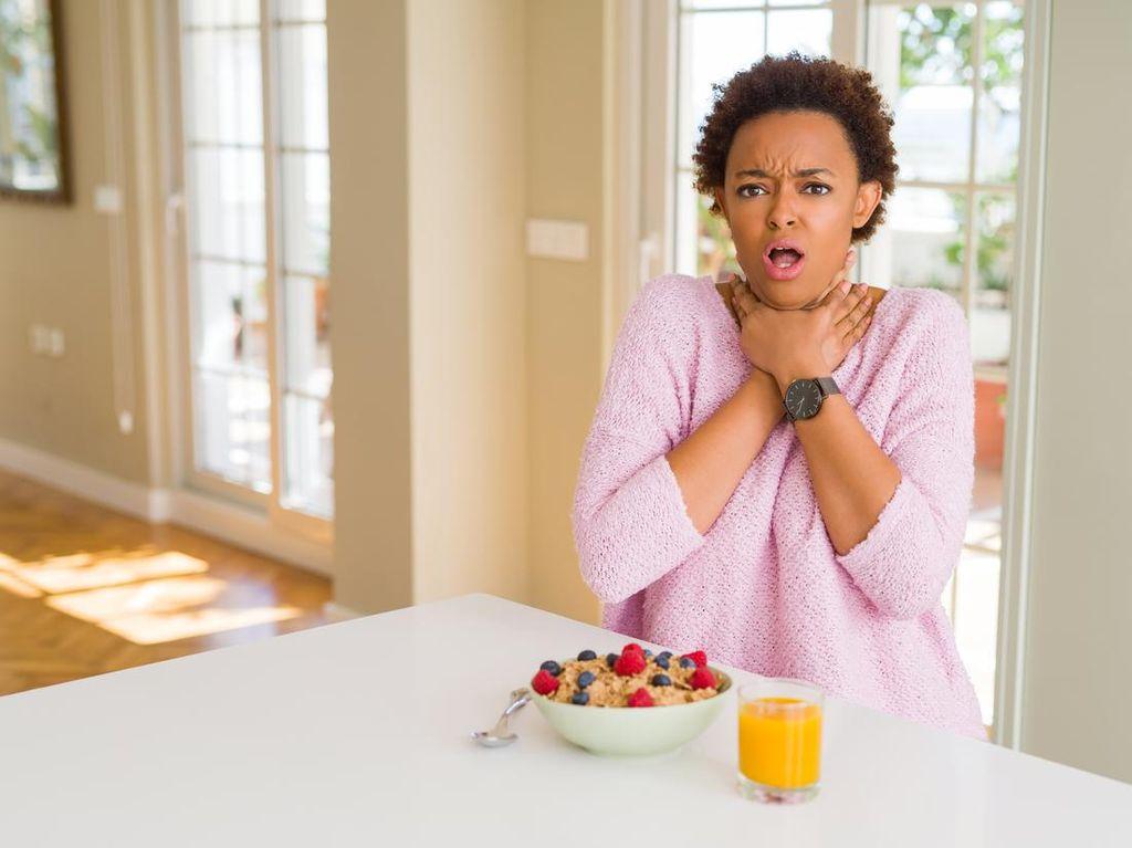5 Cara Mengatasi Tersedak Makanan Saat Makan Terburu-buru