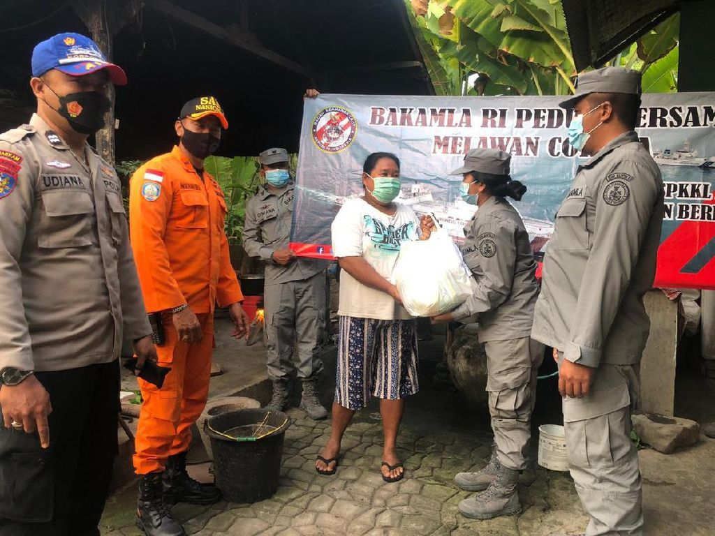 SPKKL Bakamla Bali Salurkan Sembako untuk Warga Pesisir