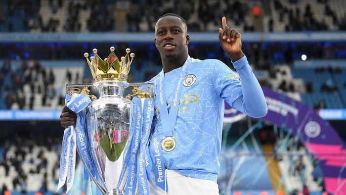 MANCHESTER, ENGLAND - MAY 23: Benjamin Mendy of Manchester City celebrates with the Premier League Trophy as Manchester City are presented with the Trophy as they win the league following the Premier League match between Manchester City and Everton at Etihad Stadium on May 23, 2021 in Manchester, England. A limited number of fans will be allowed into Premier League stadiums as Coronavirus restrictions begin to ease in the UK. (Photo by Michael Regan/Getty Images)