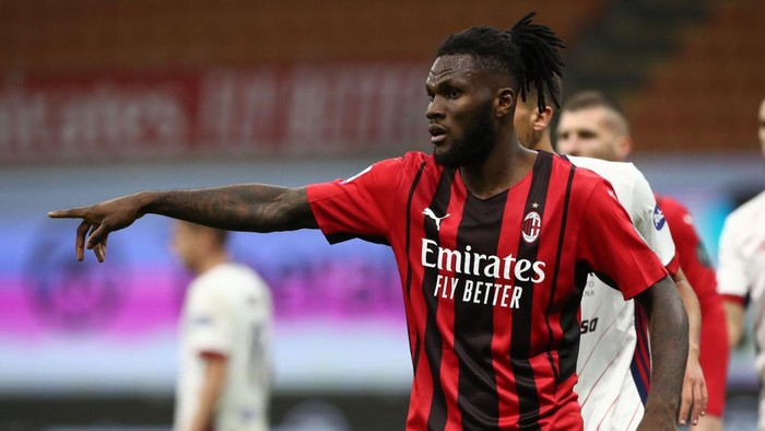MILAN, ITALY - MAY 16: Franck Kessie of AC Milan gestures during the Serie A match between AC Milan  and Cagliari Calcio at Stadio Giuseppe Meazza on May 16, 2021 in Milan, Italy. (Photo by Marco Luzzani/Getty Images)