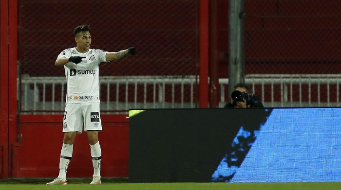 AVELLANEDA, ARGENTINA - JULY 22: Kaio Jorge of Santos celebrates after scoring the first goal of his team during a round of sixteen second leg match between Independiente and Santos as part of Copa CONMEBOL Sudamericana 2021 at Estadio Libertadores de América on July 22, 2021 in Avellaneda, Argentina. (Photo by Gustavo Ortiz - Pool/Getty Images)