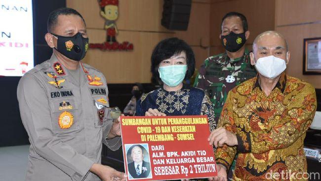 Keluarga almarhum pengusaha Akidi Tio menyumbangkan dana Rp 2 triliun untuk membantu penanganan COVID-19 di Sumatera Selatan.