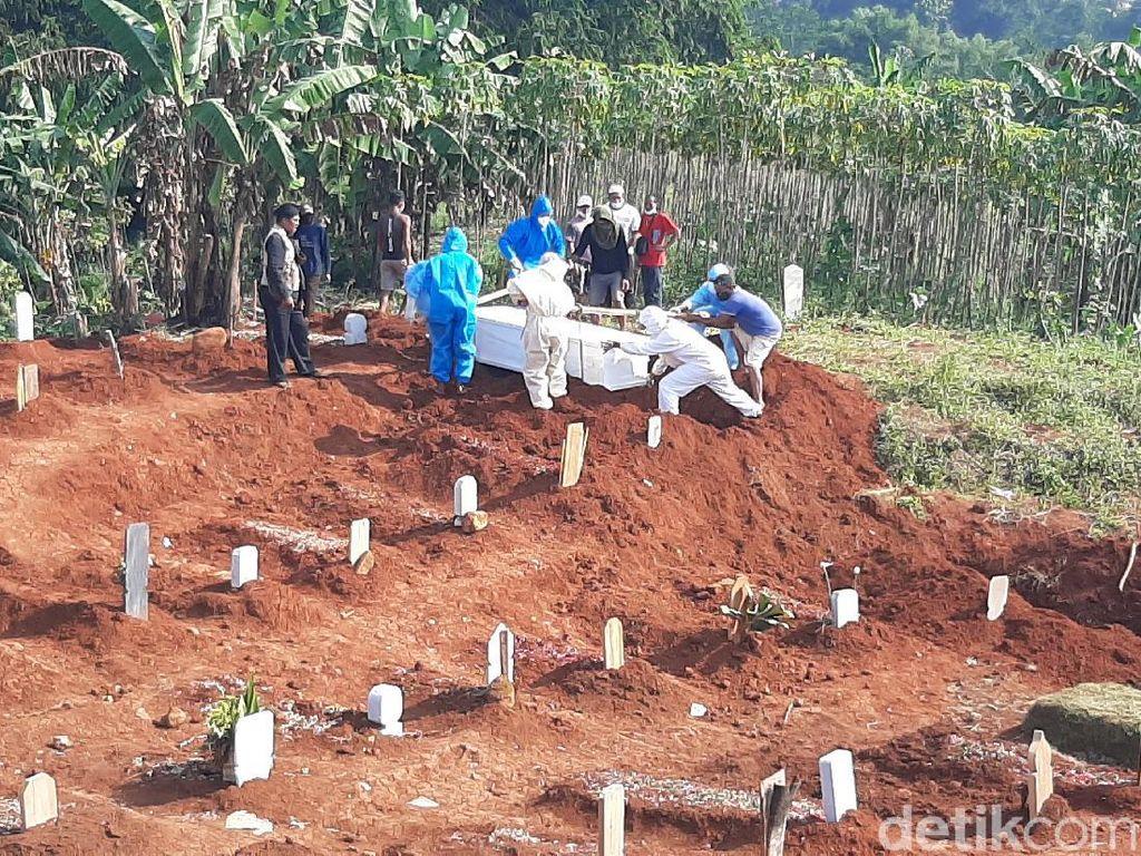 Sejumlah Makam COVID-19 Pondok Rajeg Berada di Bibir Jurang Ciliwung
