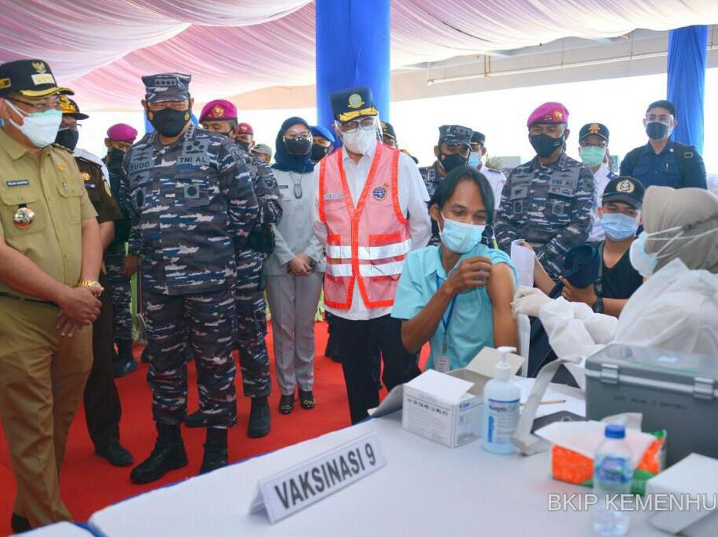 Menhub Ajak TNI-Polri Gencarkan Vaksinasi di Simpul Transportasi
