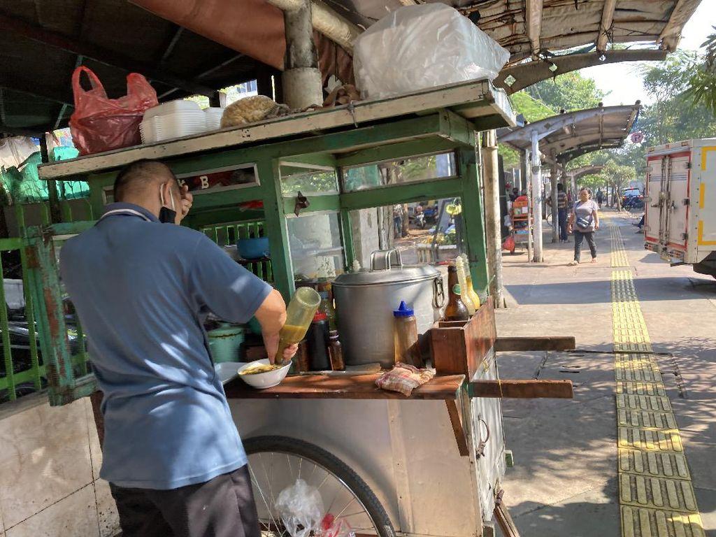Polisi Sulsel Borong Dagangan Warga dengan Harga 10 Kali Lipat