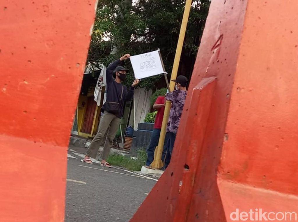 PPKM, Pedagang di Tegal Kibarkan Bendera Putih