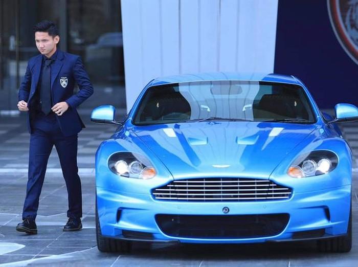 Syahrian Abimanyu menjadi model iklan mobil mewah di Johor Darul Takzim.